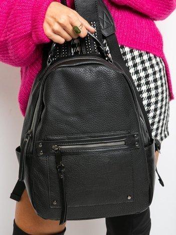 Czarny plecak z ćwiekami