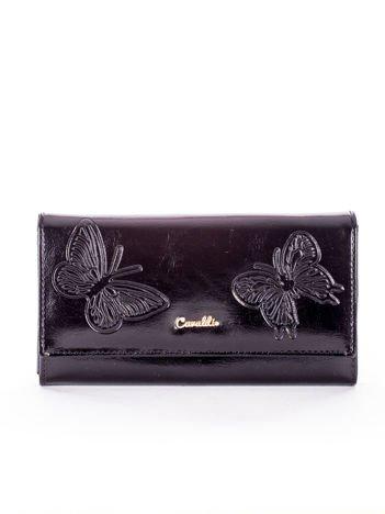 Czarny portfel skórzany z tłoczonymi motylami