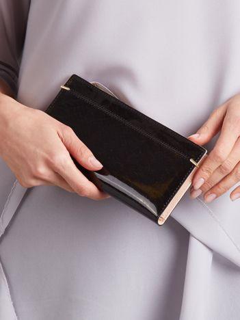 Czarny portfel z suwakiem i napą