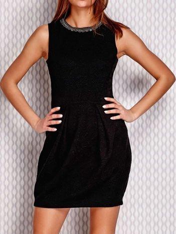 Czarny sukienka w tłoczony wzór z aplikacją przy dekolcie
