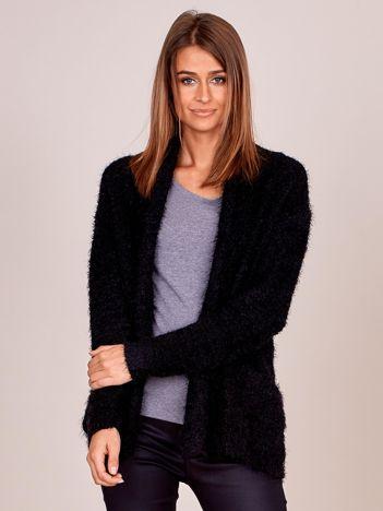 Czarny sweter bez zapięcia z dłuższym włosem