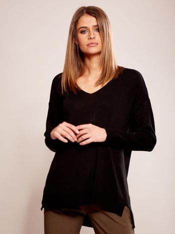 Czarny sweter oversize w serek