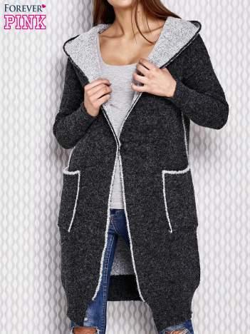 Czarny sweter z dzianiny z kapturem