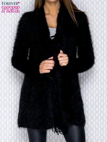 Czarny sweter z frędzelkami