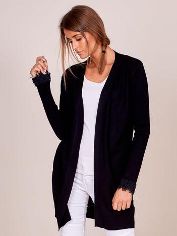 Czarny sweter z koronkowym wykończeniem rękawów