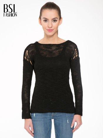Czarny sweter z oczkami przy ramionach