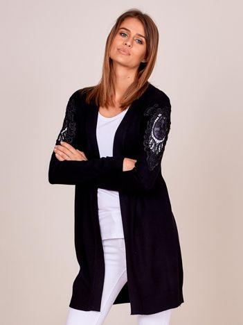 Czarny sweter z ozdobnymi wstawkami