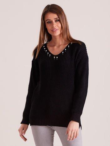 Czarny sweter z perełkami