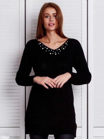Czarny sweter z perełkami przy dekolcie