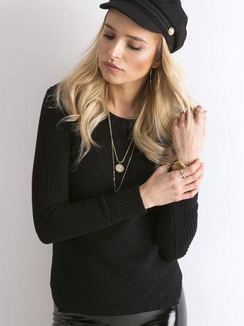 Czarny sweter z podwijanymi rękawami