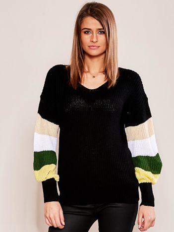 Czarny sweter z rękawami w paski