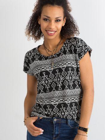Czarny t-shirt w geometryczne desenie