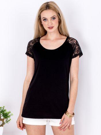 Czarny t-shirt z ażurowymi rękawami