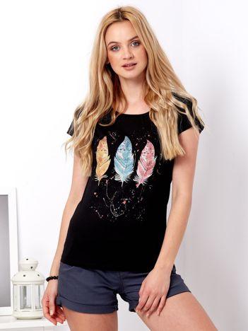 Czarny t-shirt z kolorowymi piórkami