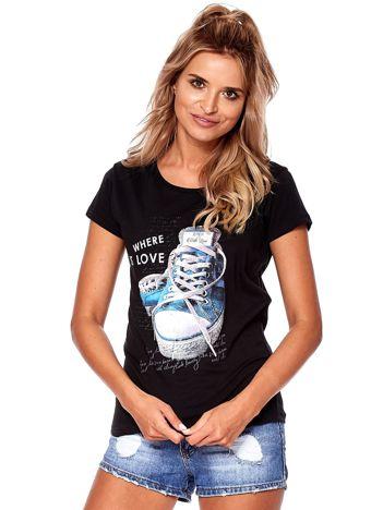 Czarny t-shirt z kolorowymi trampkami