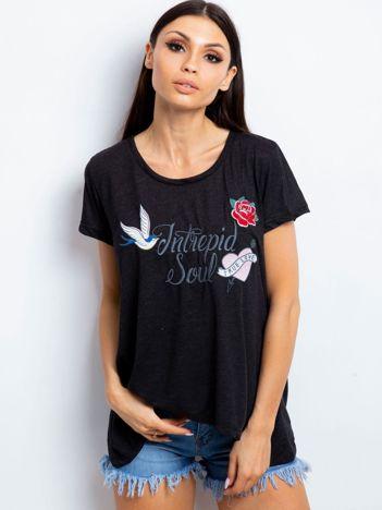 Czarny t-shirt z naszywkami