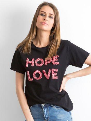 Czarny t-shirt z wypukłym napisem