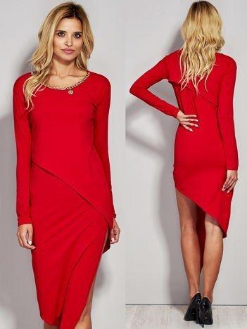 Czerwona asymetryczna sukienka koktajlowa z ozdobnym łańcuszkiem przy dekolcie