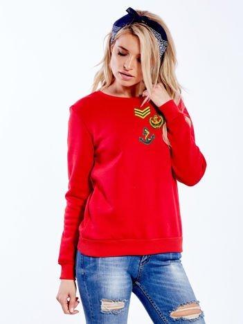 Czerwona bluza damska z ozdobnymi naszywkami