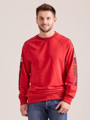 Czerwona bluza męska z napisem na rękawach