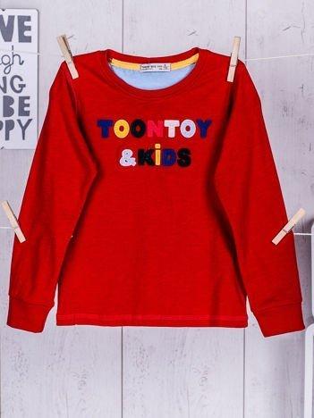 Czerwona bluzka dla chłopca z wyszywanym napisem