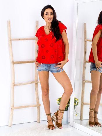 Czerwona bluzka z ażurowaniem