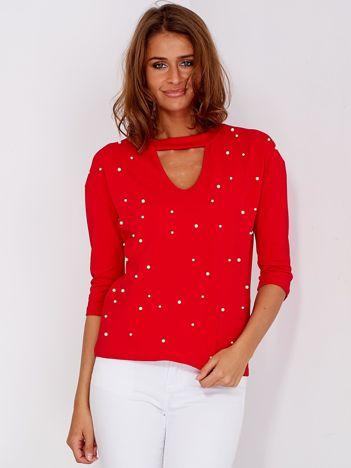 Czerwona bluzka z chokerem i perełkami