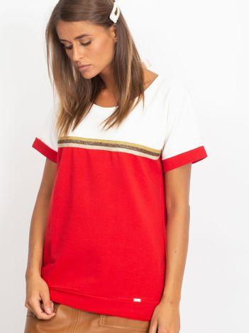 Czerwona bluzka z dekoltem na plecach