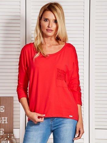 Czerwona bluzka z koronkową listwą
