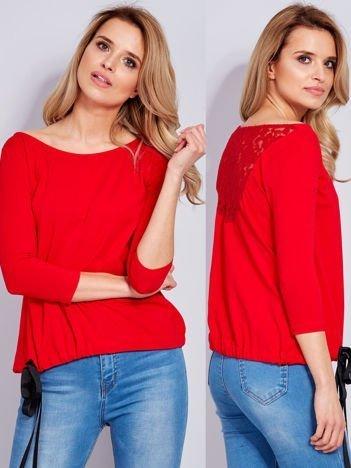 Czerwona bluzka z koronkową wstawką z tyłu