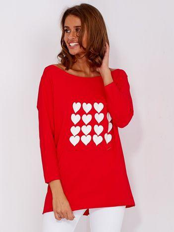 Czerwona bluzka z naszywkami serduszek