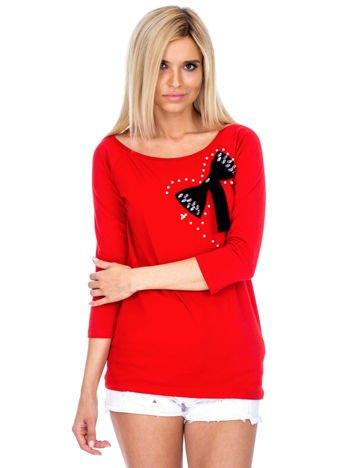 Czerwona bluzka z ozdobną kokardą
