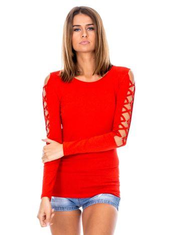 Czerwona bluzka z ozdobną plecionką na rękawach