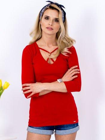 Czerwona bluzka z ozdobnym dekoltem