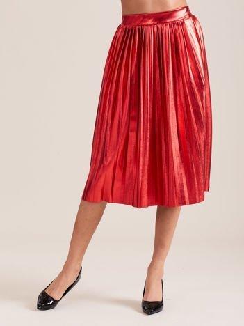 Czerwona błyszcząca plisowana spódnica