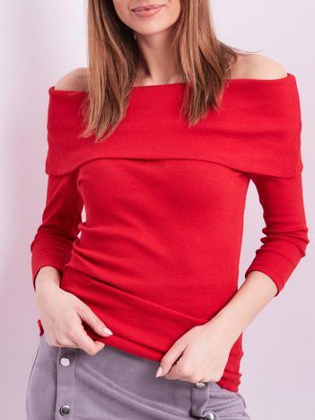 Czerwona dopasowana bluzka w prążek z odkrytymi ramionami