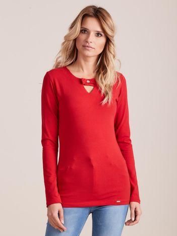 Czerwona dopasowana bluzka z ozdobnym dekoltem
