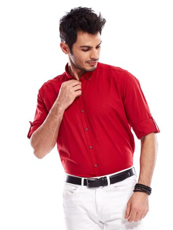 Czerwona koszula męska z podwijanymi rękawami
