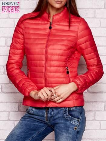 Czerwona kurtka przejściowa pikowana