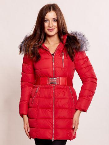 Czerwona kurtka zimowa z futrzanym kołnierzem