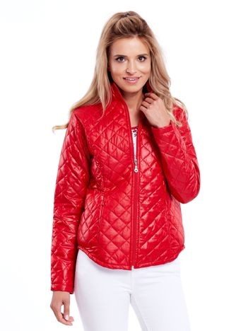 Czerwona pikowana kurtka przejściowa
