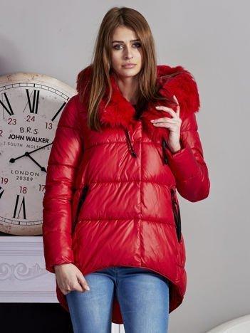 Czerwona pikowana kurtka z asymetrią