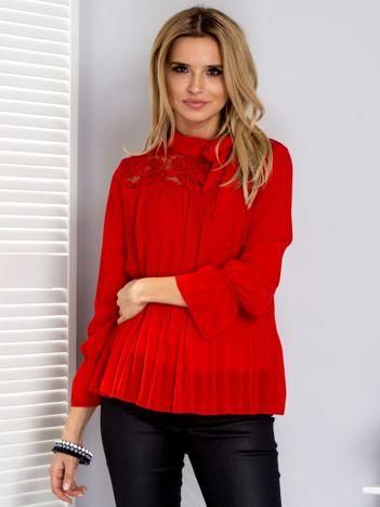 Czerwona plisowana bluzka z wiązaniem