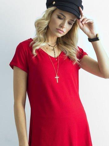 Czerwona prążkowana bluzka w serek