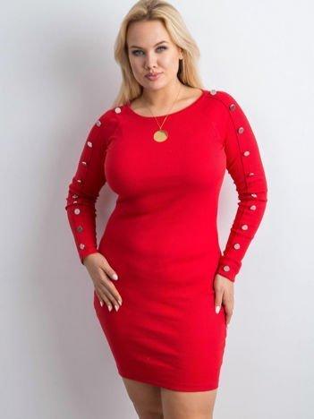 Czerwona prążkowana sukienka z guzikami