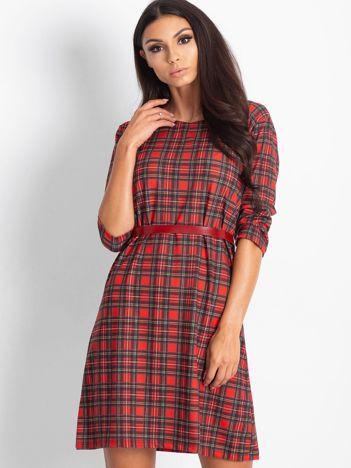 Czerwona prosta sukienka w kratkę
