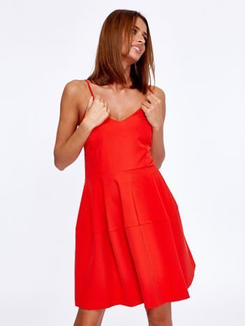 Czerwona rozkloszowana sukienka na cienkich ramiączkach