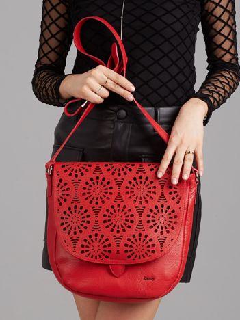 Czerwona skórzana torba z ażurową klapką
