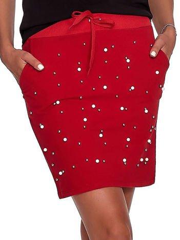Czerwona spódnica dresowa z perełkami i kieszeniami