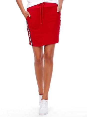 Czerwona spódnica z tekstowymi lampasami